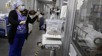 Enfermera toca el violín para pacientes con covid-19