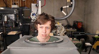 Joven construye un robot para que le corte el cabello
