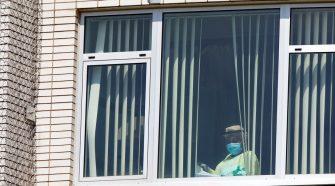 Un hombre trepa la pared de un hospital para despedirse de su madre