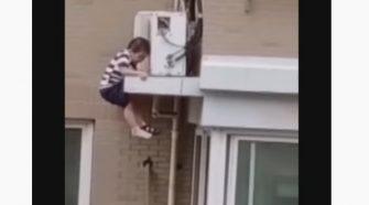 niño quien cae del quinto piso