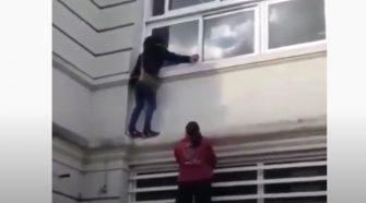 Una 'mujer araña' escala por las paredes de un hospital para ver a un familiar con Covid-19